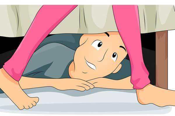 спрятался под кроватью порно