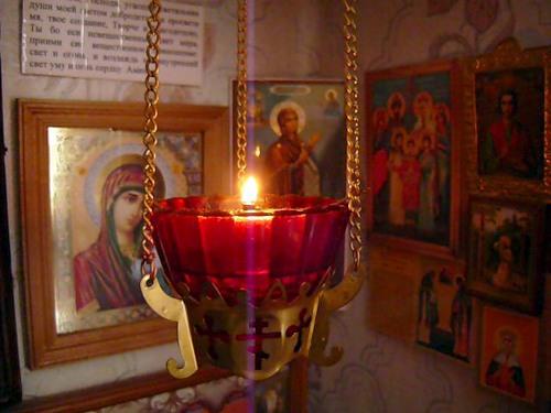 Нужно ли зажигать свечи дома при молитве