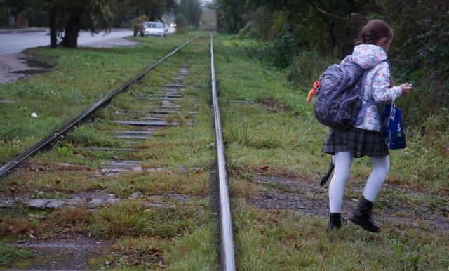 По дороге Думпкара ежедневно ходят дети и взрослые.jpg