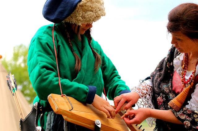 Руководитель светлогорских Ладушек Маргарита Зыкова научила польских татар играть на русских гуслях.jpg