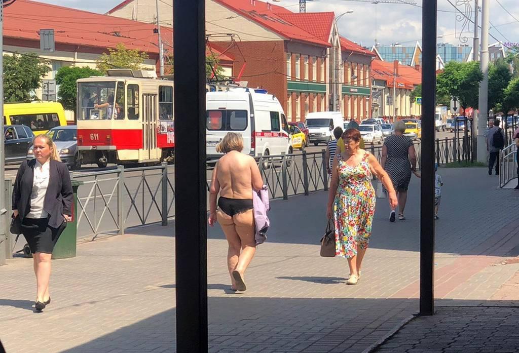 Снова жарко: по Калининграду прошла женщина без бюстгальтера