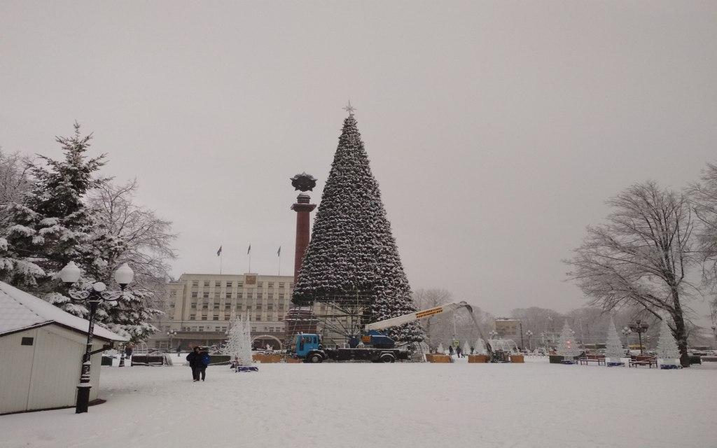 На площади Победы разбирают новогоднюю ёлку