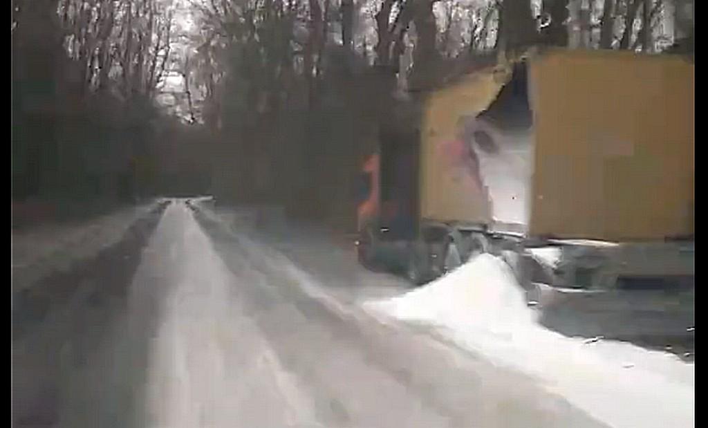 В ДТП на балтийской трассе на дорогу высыпалась мука (видео)