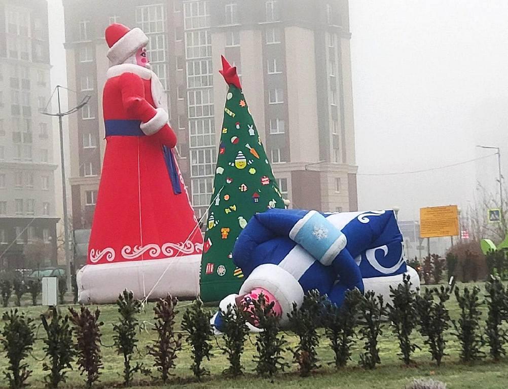 Плохой знак: в Зеленоградске упала главная Снегурочка