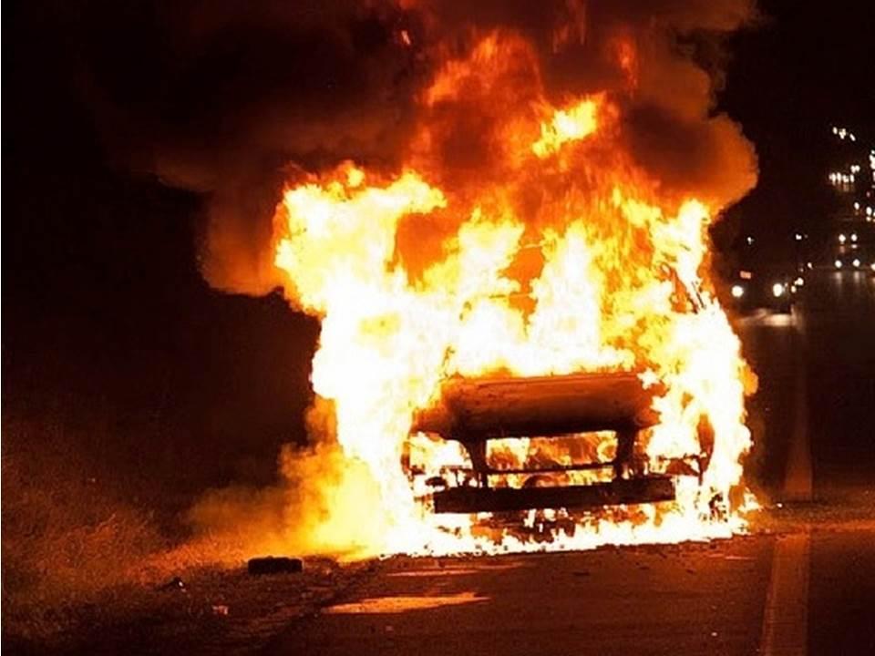 Картинки по запросу горит микроавтобус в гараже