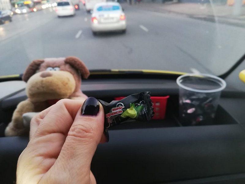 Водитель маршрутки бесплатно раздаёт пассажирам карамель (фото)