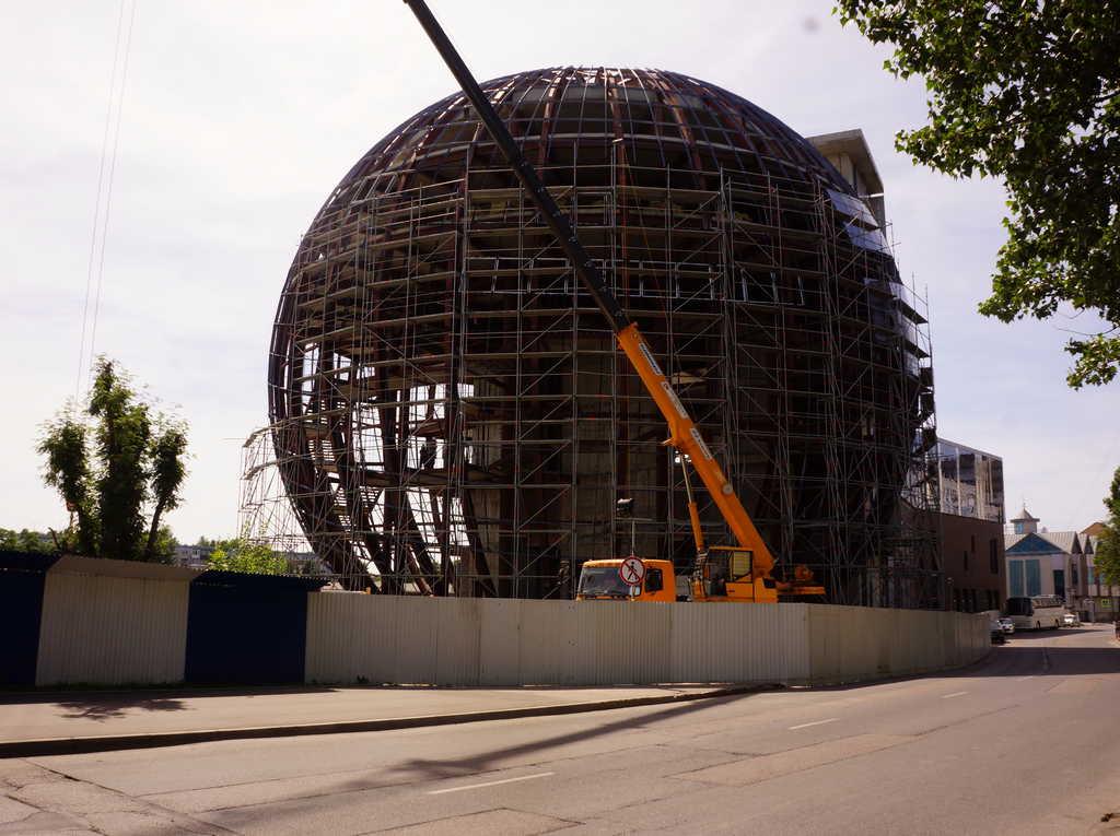 С «шара» у «Музея Мирового океана» демонтируют всё остекление