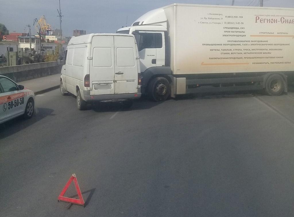 Столкновение грузовика с микроавтобусом закупорило Правую набережную