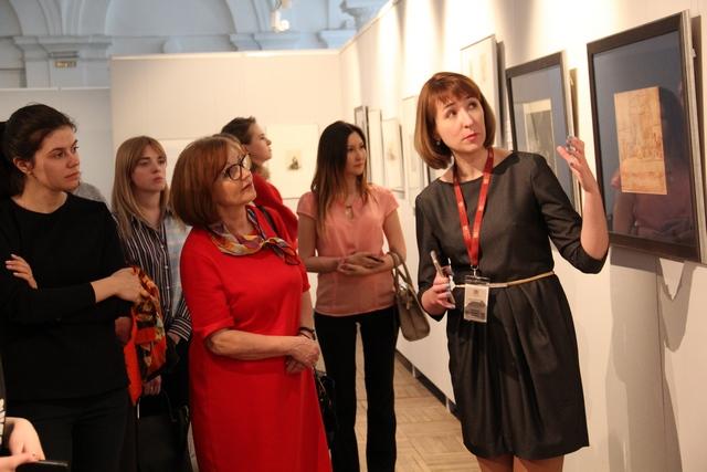 Искусствовед Алёна Мирошниченко ведёт экскурсию по выставке.JPG