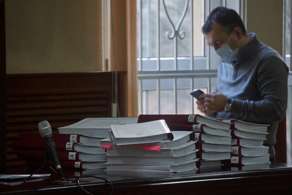 Защитник Элины Сушкевич Камиль Бабасов у томов уголовного дела.jpg